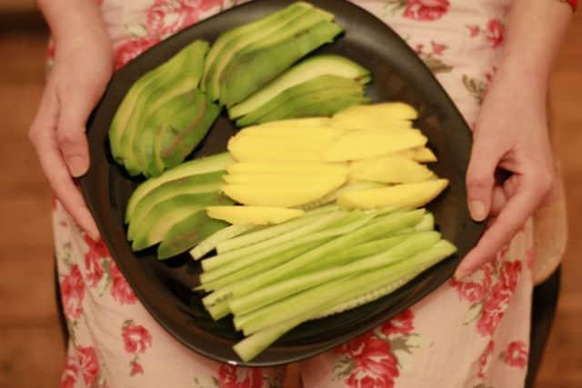 авокадо, манго и краставица